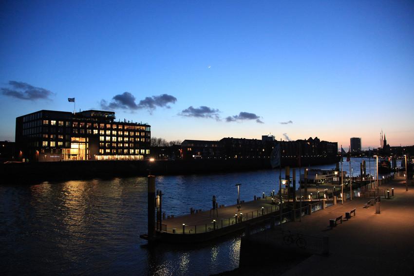 Skyline des Bremer Hafens bei Nacht