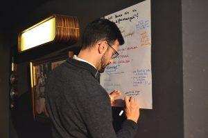 Ein Mann schreibt an einem Flipchart