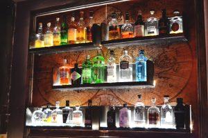 Eine Wand voller alkoholischer Getränke