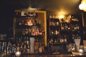 Viele Flaschen mit Alkohol in einer Bar