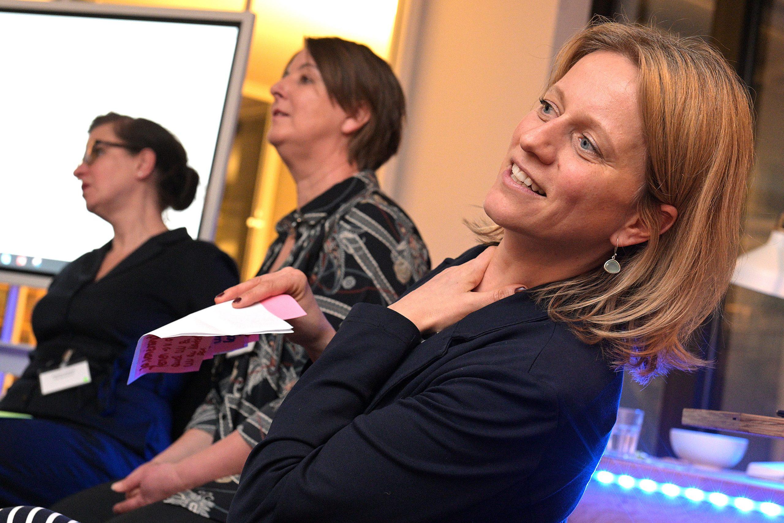 Drei Frauen verfolgen aufmerksam eine Präsentation