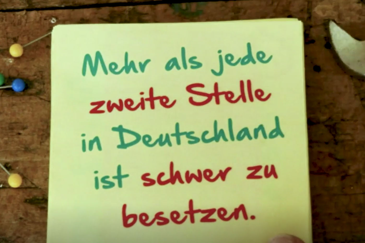"""Ein Notizzettel mit der Aufschrift """"Mahr als jede zweite Stelle in Deutschland ist schwer zu besetzen."""""""